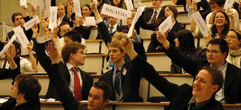 MUN - Model United NationsMUN - Model Birleşmiş Milletler konferanslarına katılım, öğrenciler için dünyanın en prestijli akademik aktivitesidir...
